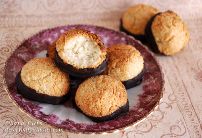 Macaroons de coco y almendra bañados en chocolate negro. Receta